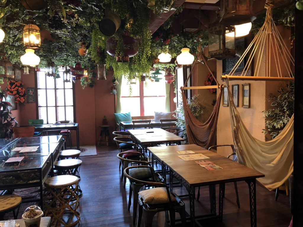 ジャングルの中でハンモックでゆっくるできるカフェ