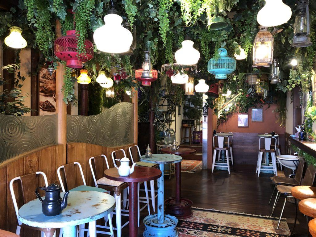 ジャングルのようなチャイティーカフェの店内